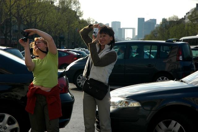 Turistit kuvaavat Riemukaarta